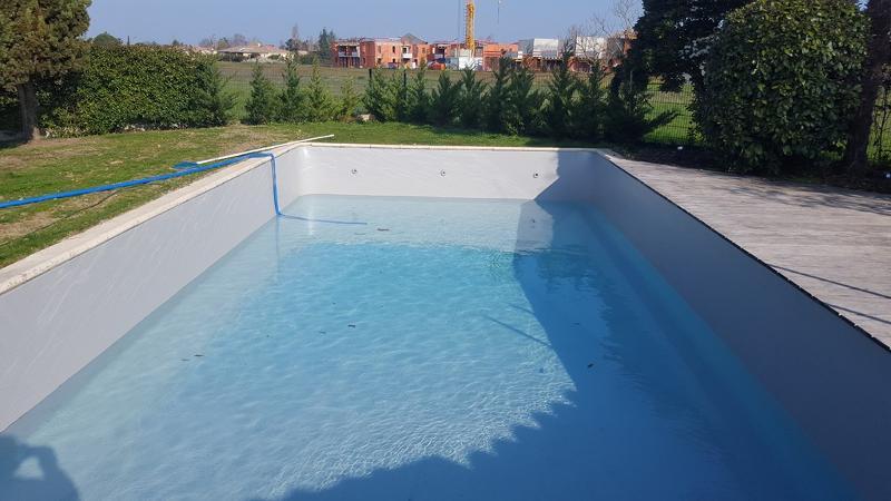 La rénovation de cette piscine est terminée, le remplissage est en cours